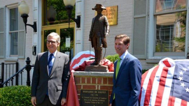El embajador de España, Santiago Cabanas, y Jim Torgerson, consejero delegado de Avangird junto a la estatuta de Bernardo de Gálvez. Foto cortesía de la Embajada de España